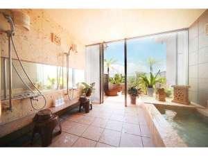 ファミリー展望風呂は貸切でご利用いただけます。サンセットを眺めながら家族水入らずでまったりと。