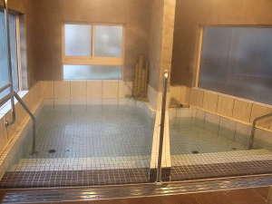 左の浴槽が炭酸水素塩泉、右の浴槽が硫酸塩泉です。