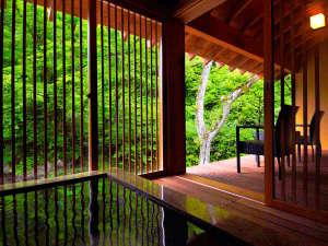"""全室備え付けの半露天風呂は、もちろん""""源泉掛け流し""""。豊かな自然に包まれ、心ほぐれるひととき。"""