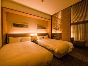 ライフスタイルを重視したエリア設計は、独立した洗面台をふたつ、バスルームはビューバス採用。