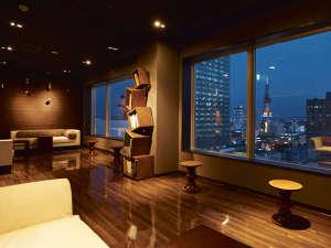 大浴場に隣接する最上階の展望ラウンジは、美しい夜景が見える特等席。