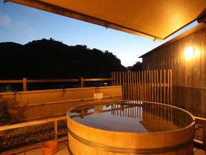 <男性> 露天風呂の夕景