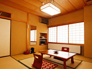 【客室】あたたかみのある8畳の和室。旅の思い出を刻みます。