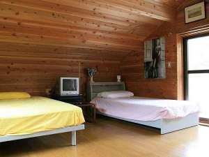 ツインルームは馬小屋の上にあります。