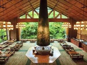 【ロビー 森の神話】岡本太郎作の巨大暖炉「森の神話」が印象的な寛ぎの空間。特製のスイーツとご一緒に