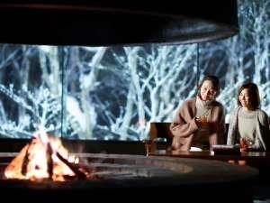 【冬のラウンジ】夕食後は、暖炉の前でBarTimeをお楽しみください。