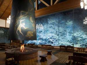 【冬のロビー】ラウンジでは、窓一面に広がる雪と氷のアートを鑑賞できます。