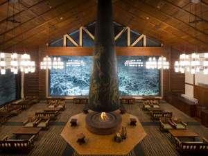 【ラウンジ 森の神話】岡本太郎の大暖炉を備える寛ぎの空間。窓一面の雪と氷の世界をゆったり眺めます。