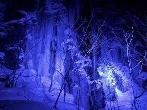 【氷瀑】奥入瀬渓流の見所、美しくライトアップされた氷の滝を巡るツアーを開催。