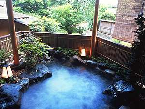 名湯・古奈の温泉が注がれる露天風呂