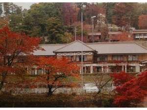 秋の紅葉とラ・フォーレ吹屋