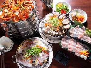 多彩な魚介を特製白湯だしで蒸し上げます。