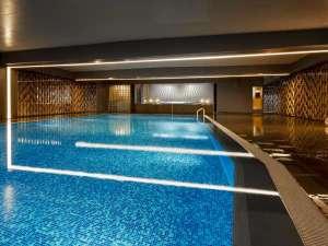 【室内プール/1F】年中ご利用いただける温水プール