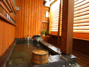 【Laroom】竹林を眺めながら。客室露天風呂のお湯加減は調節可能。