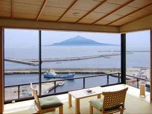 目の前には秀峰『利尻富士』を望む絶景の和室※写真は9階角の和室です。