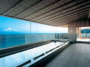 【花海の湯】日本海に浮かぶ利尻富士が一望できる浴場。水平線を境に輝く海と空を眺めながら湯ったり。