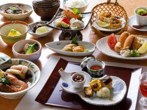 【夕食一例】スタンダードより少しグレードアップした『花梅コース』。北海道の味覚が詰まった品揃えです。