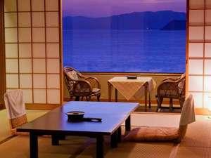 海側デラックスタイプ。部屋の窓から見る海の景色がとてもすばらしい。
