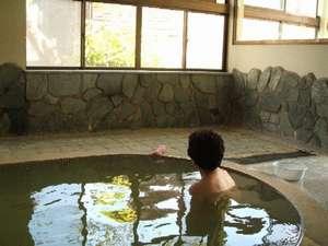 「ここのお風呂は天気によって湯の色が変わるんだよ」常連さん。滞在すれば、昼間から温泉を楽しめますよ。