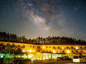 ホテル外観と天の川(お客様撮影)