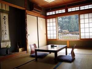 和室6畳、せきれいの間。目の前は清流「大塔川」です。