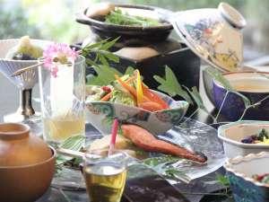 ボリューム満点!地元食材をふんだんに使った和定食で朝から元気に!