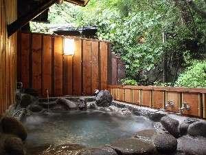 母屋1階にある和室「あけび」の客室露天風呂。美しい緑の木々を愛でながら、名湯を堪能できる。