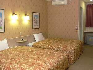 広さは約25㎡、クイーンサイズのベッドが2台。おひとりでもファミリーでもゆったり宿泊可能
