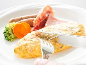 (ご朝食一例)オムレツはお好みの具材を選んで焼き上げます