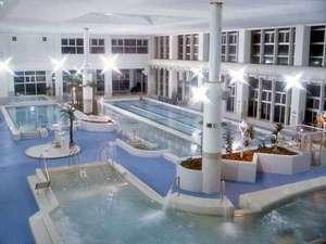 *バーデハウスふくちの様子。広い屋内プールでリラックスできます。