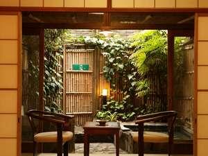 温泉旅館ならではのおこもりが楽しめる露天風呂付のお部屋。ご夕食はお部屋でゆっくり