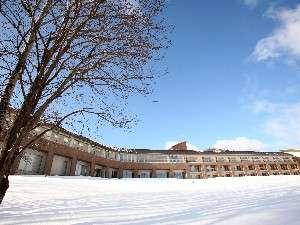 3万5000坪の広大な敷地の中、フラノ寶亭留・冬の外観