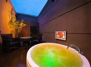 客室に備わる露天風呂(ジャグジー風呂)テレビ付き