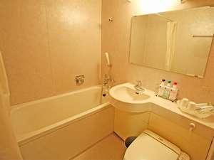 肩まで浸かって疲れを癒せる深底タイプの浴槽とウォシュレット式トイレ