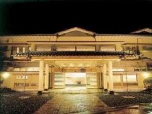 新・秘湯伝説 日本建築の粋を集め、西山の神秘の里にぽっと咲いた風雅の宿 純和風造りの玄関