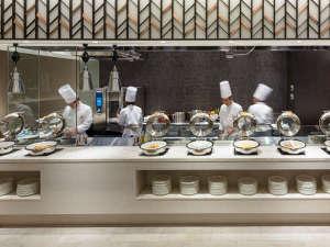 ライブキッチンではオムレツやパンケーキなどをご提供