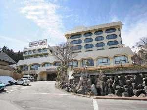 【施設外観(春)】長い冬が終わり、命の息吹を感じる季節。湯沢グランドホテルで会いましょう!