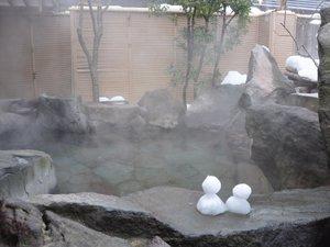 【冬の季里の湯】女性岩風呂。雪に包まれながらの露天風呂は、人里であることを忘れます。