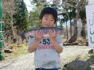 【フィッシングパーク】大物を釣り上げて誇らしげな少年。目指せ!釣りキング!!