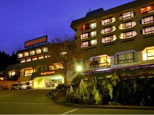 【施設外観 夕景】夕闇に浮かび上がる「湯沢グランドホテル」。