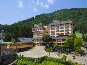 【施設外観(夏)】便利な駅前ながら自然に囲まれた旅館です。駅から歩いて3分の好立地も魅力です。