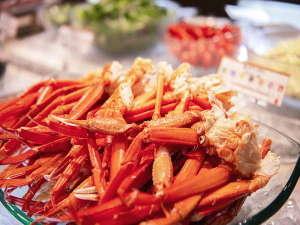 【和洋中バイキング(夕食)】食べ放題のズワイガニ。ついつい無言で食べてしまいます。会話も忘れないで!