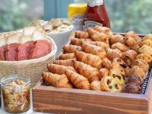 種類豊富なパンはバイキング形式でお取りいただけます。