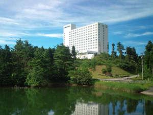夏の青空と白亜のホテルのコントラストが目にもまぶしい!