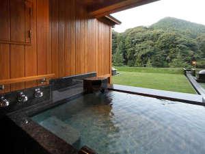 露天風呂付きスイートB:風に遊ぶ木々の葉を眺めながら過ごす露天風呂時間。日常を忘れるひとときを