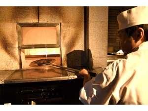 石窯で焼き上げる