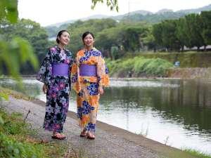 嬉野川沿いの遊歩道を散策