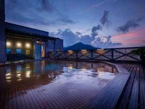 空中露天風呂で開放感あふれる湯浴みを。※夏休み期間中は、男女入替制にて1つの浴場のみの営業となります
