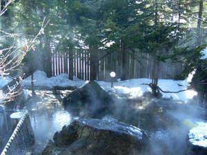 *広々とした男女混浴露天風呂「枯山水」。源泉かけ流し100%の自慢の温泉!