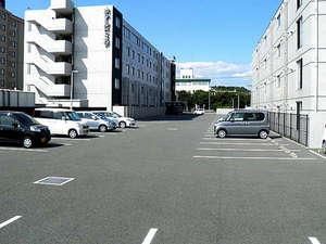 広々とした平面駐車場です。